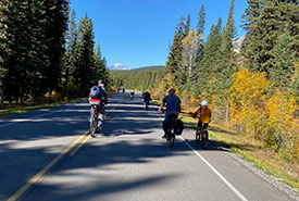 Families riding along the Bow Valley Parkway (Photo by Gayle Roodman/NCC staff)
