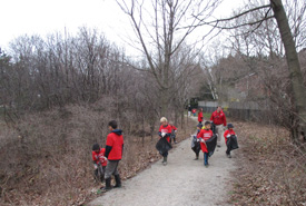 Scouts picking up litter (Photo by Scouts Canada)