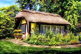 Cottage with flowers (Photo by Vincent Ciro via Pixabay)