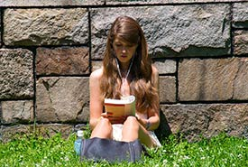 Reading outdoors (Photo by Ed Yourdon/Wikimedia Commons)