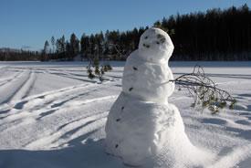 Snowman on frozen lake (Photo by Peritap, Wikimedia Commons)