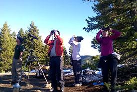 Des bénévoles pour la conservation observent des aigles royaux en migration (Photo de CNC)