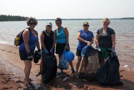 Conservation Volunteers at the 2014 Murray Harbour Cleanup event (Photo by NCC)
