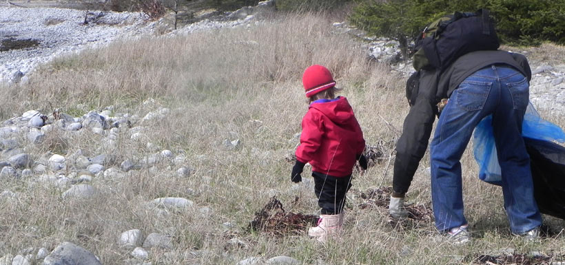 Hands of all sizes help keep shorelines clean in NS. '11 (Photo by NCC)