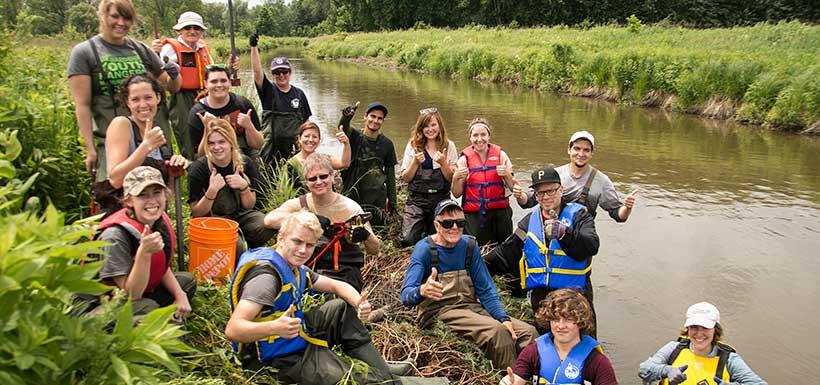 Des bénévoles à la fin d'une journée de restauration des rives, en Ontario (Photo de Miguel Hortiguela)