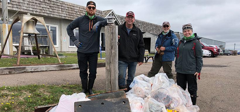 Corvée de nettoyage, île Holman, Î.-P.-É.  (Photo de CNC)