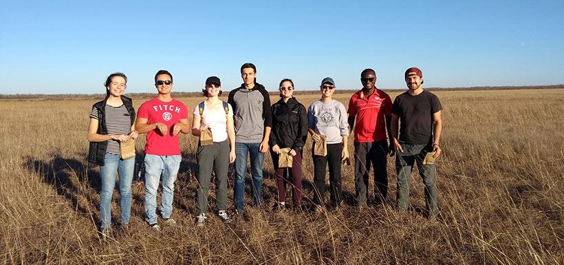 Récolte de semences par des étudiants de l'université du Manitoba , Man.(Photo de CNC)