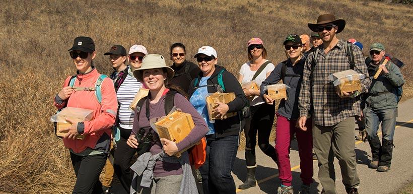 Bénévoles en route pour installer des ruches  (Photo de CNC)