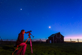 Observing Venus on a prairie spring night (Photo by Alan Dyer)