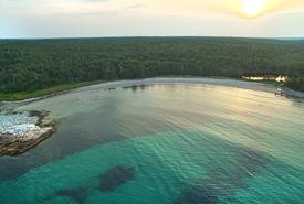 Vue aérienne de la plage et des eaux turquoise de Port Joli, N.-É. (Photo de Mike Dembeck)