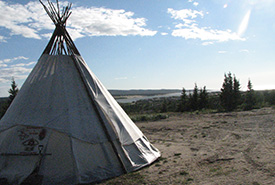 Michuap (teepee) along the bank of La Grande River in the Cree community of Chisasibi (Photo by Chantal Otter-Tetreault)