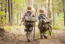 Enfants en forêt (Photo de Shutterstock)