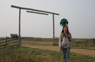 Natalie Hassett, chargée de projets à CNC pour le Sud-Ouest de la Saskatchewan, sur le site de Old Man on his Back, Sask. (Photo de CNC)